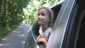 Bambino che viaggia in macchina, fronte del bambino che guarda fuori la finestra, natura piena d'ammirazione della ragazza immagini stock