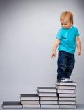 Bambino in cima alla guida in anticipo di formazione Fotografia Stock