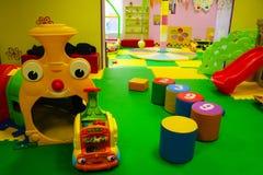 Bambino colorato che gioca stanza con molti giocattoli fotografia stock libera da diritti