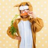 Bambino come lepre di pasqua con la carota Immagine Stock
