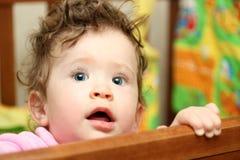 Bambino commovente che osserva in su Fotografie Stock