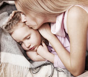 Bambino commovente della fronte del genitore fotografie stock libere da diritti