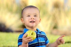 Bambino con Apple Immagine Stock Libera da Diritti