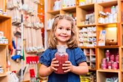 Bambino con colore o i pigmenti della pittura Fotografie Stock Libere da Diritti