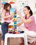 Bambino con costruzione impostata nella stanza del gioco. immagine stock libera da diritti