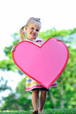 Bambino con cuore di carta fotografia stock