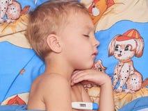 Bambino con febbre alta Fotografie Stock