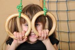 Bambino con gli anelli relativi alla ginnastica fotografia stock libera da diritti