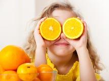 Bambino con gli aranci Fotografie Stock Libere da Diritti