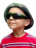 Bambino con gli occhiali da sole ed il cappello verdi di camo Immagini Stock Libere da Diritti