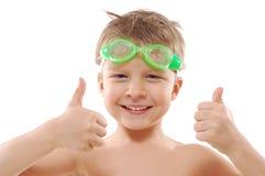 Bambino con gli occhiali di protezione ed i pollici in su Fotografia Stock