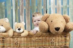 Bambino con gli orsacchiotti che stanno in un tronco Fotografia Stock