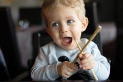 Bambino con i bastoncini al ristorante cinese Immagini Stock