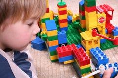 Bambino con i blocchetti del giocattolo fotografie stock