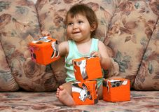 Bambino con i blocchetti di colore fotografia stock