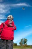 Bambino con i cervi volanti Fotografie Stock