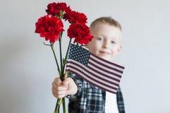 Bambino con i fiori e la bandiera americana Immagini Stock Libere da Diritti