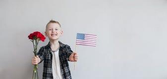 Bambino con i fiori e la bandiera americana Immagine Stock Libera da Diritti