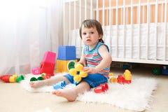 Bambino con i giocattoli a casa Fotografie Stock Libere da Diritti