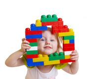Bambino con i giocattoli isolati su bianco Fotografia Stock