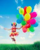 Bambino con i palloni del giocattolo nel giacimento di primavera Immagine Stock