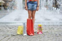 Bambino con i sacchetti di acquisto Fotografia Stock