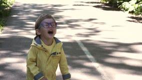 Bambino con i vetri stock footage