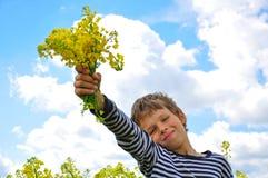 Bambino con i wildflowers Fotografie Stock Libere da Diritti
