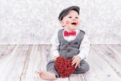 Bambino con il bacio ed il cuore rossi Fotografia Stock