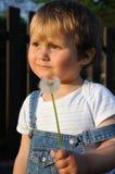 Bambino con il blow-ball Fotografie Stock