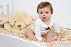 Bambino con il cane della peluche immagini stock libere da diritti
