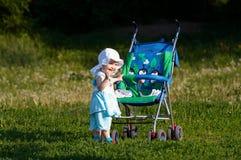Bambino con il carrello Fotografia Stock Libera da Diritti