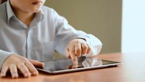 Bambino con il computer della compressa, visualizzazione di fine video d archivio