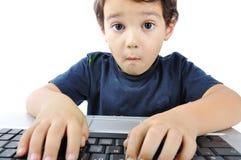 Bambino con il computer portatile fotografia stock