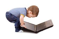 Bambino con il computer portatile Immagini Stock Libere da Diritti