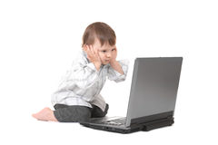 Bambino con il computer portatile Fotografia Stock Libera da Diritti
