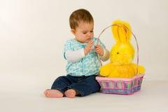 Bambino con il coniglietto di pasqua immagine stock libera da diritti
