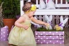 Bambino con il coniglietto ed i pulcini di pasqua Fotografia Stock