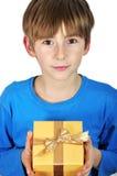 Bambino con il contenitore di regalo Fotografia Stock Libera da Diritti