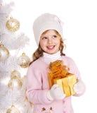 Bambino con il contenitore di regalo di Natale dell'oro. Fotografie Stock Libere da Diritti