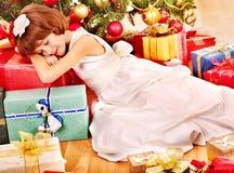Bambino con il contenitore di regalo vicino all'albero di Natale. fotografia stock libera da diritti