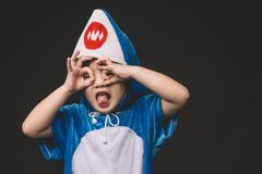 Bambino con il costume dello squalo del bambino Fotografia Stock Libera da Diritti