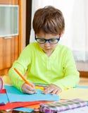 Bambino con il disegno di vetro Fotografie Stock