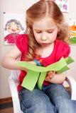 Bambino con il documento del taglio delle forbici nel paese. immagine stock libera da diritti