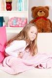Bambino con il dolore di stomaco Fotografie Stock