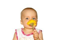 Bambino con il fiore fotografia stock libera da diritti