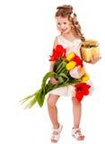Bambino con il fiore della molla ed il contenitore di regalo. Fotografia Stock Libera da Diritti