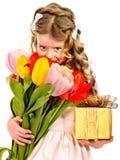 Bambino con il fiore della molla ed il contenitore di regalo. Immagine Stock Libera da Diritti