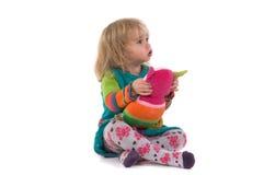 Bambino con il giocattolo che si siede sul pavimento Fotografia Stock Libera da Diritti