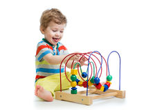 Bambino con il giocattolo educativo di colore Fotografie Stock